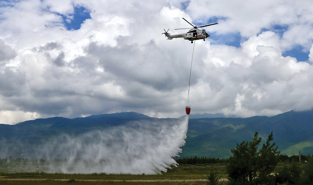 H125 drops water with bucket