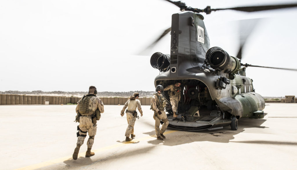 Canadian Armed Forces members board a CH-147F Chinook helicopter in Kidal, Mali during Operation PRESENCE-Mali on Aug. 23, 2018. Cpl Ken Beliwicz