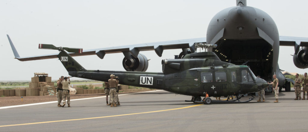 Members deployed on Operation PRESENCE-Mali offload a CH-146 Griffon helicopter after its arrival in Gao from a CC-177 Globemaster airplane on Aug. 25, 2018. Cpl Ken Beliwicz Photo